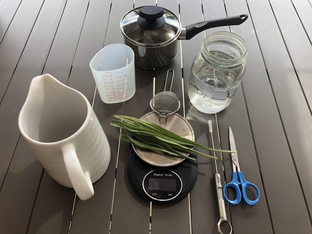 préparation d'une infusion de plantes : les ustensiles